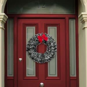Božična dekoracija za vrata z rdečim trakom in ornamentom v velikosti 28 cm