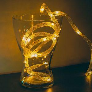 Božična LED grilanda - toplo bela / srebrna nit - 2 m - 2 x AA