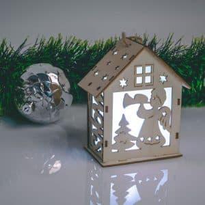 Božična LED okrasna koča - toplo bela LED - les - 6 izvedb - 10 x 12 x 5,6 cm