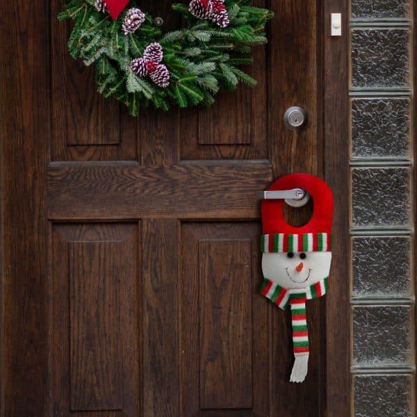 Božični dekor za vrata - snežak z rdečo kapico - 30 x 12 cm