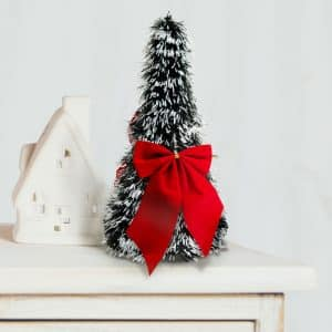 Namizna božična jelka - zasnežena - 2 rdeča trakova - 26 cm