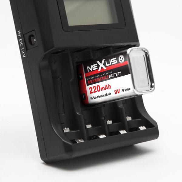 Polnilnik baterij z LCD zaslonom 12V/220V NI-MH / CD polnilne baterije