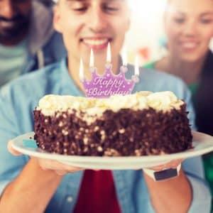"""Svečka v obliki krone """"Happy Birthday"""" - vijolične, bele črke"""