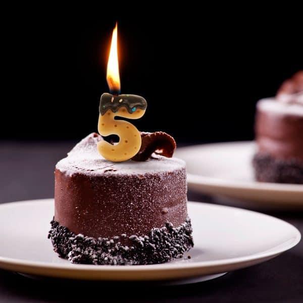 Svečka za na torto v obliki številke 5